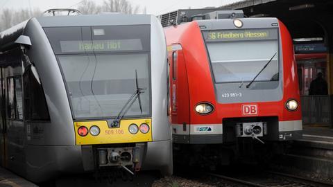 Regionalzüge stehen im Bahnhof Friedberg.