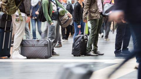 Bahnreisende warten auf ihren Zug