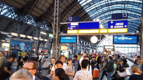 Lange Schlangen vor den Info-Schaltern der Bahn am Frankfurter Hauptbahnhof.