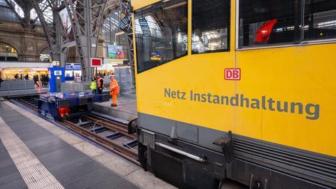 Ein Wartungszug steht an der Unfallstelle am Frankfurter Hauptbahnhof.
