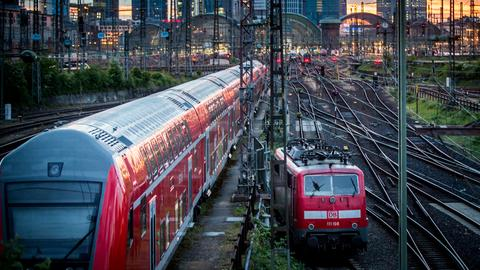 Nahverkehrszug vor dem Frankfurter Bahnhof