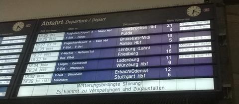 """Anzeigentafel am Hauptbahnhof Frankfurt mit der Aufschrift """"Witterungsbedingte Störungen"""""""