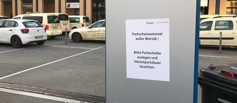 Hinweisschild zu geschlossenen Parkautomaten am Bahnhof Kassel-Wilhelmshöhe