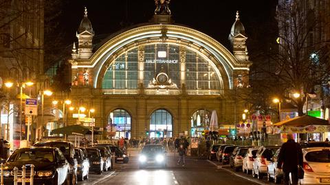 Frontansicht auf das Gebäude des Hauptbahnhofs in Frankfurt bei Nacht