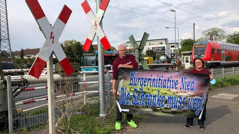 """Sprecher der Bürgerinitiative """"Die Schranke muss weg"""" am Bahnübergang in Frankfurt-Nied"""
