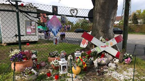 Gedenkstätte für die getötete 16-Jährige am Bahnübergang in Frankfurt-Nied