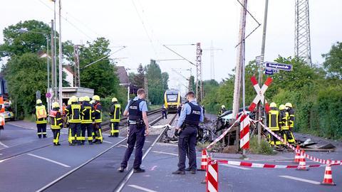 Polizeieinsatz am Bahnübergang in Frankfurt-Nied