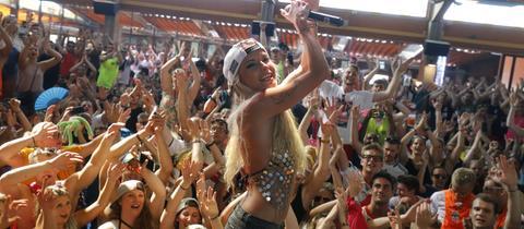 Sängerin Mia Julia im Lokal Bierkönig am Ballermann auf Mallorca