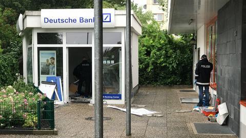Ermittler bei der Spurensuche am gesprengten Bankautomaten