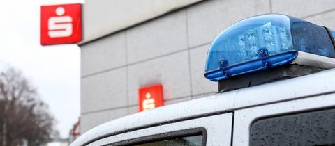 Sparkasse mit Polizeifahrzeug (Sujetbild)