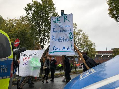 Aktivisten blockieren Eingänge des VW-Werks in Baunatal.