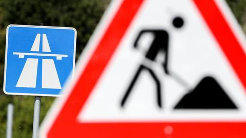 Zwei Schilder: Autobahn und Baustelle