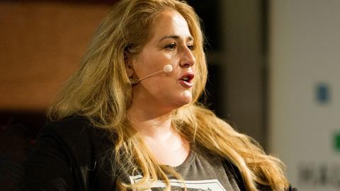 Kabarettistin Idil Baydar auf der Bühne