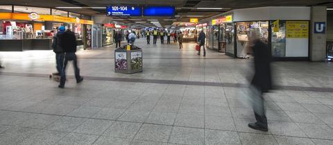 Die B-Ebene mit Geschäften im Hauptbahnhof in Frankfurt.