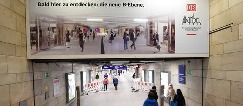 Ein Plakat am Zugang zur B-Ebene des Hauptbahnhofs weist auf die Bauarbeiten hin.