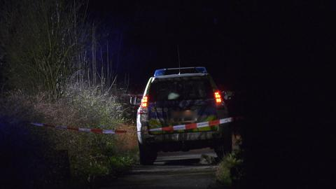Polizeiwagen hinter Absperrung