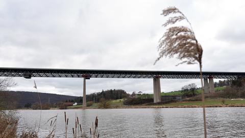 Die Bergshäuser Brücke der Autobahn A44 spannt sich bei Kassel über die Fulda.
