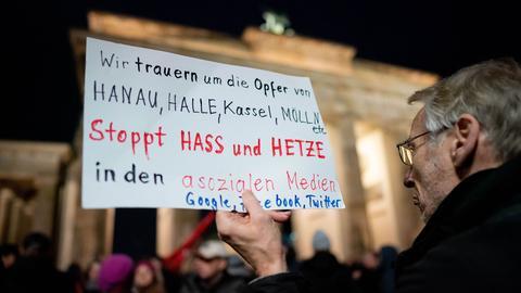 Gedenken der Opfer von Hanau am Brandenburger Tor in Berlin.