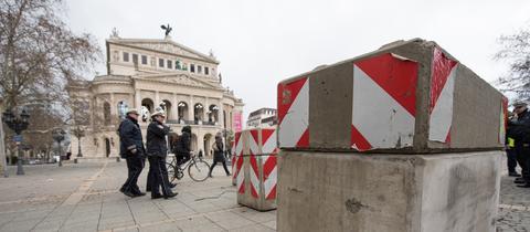 Zufahrtsblockaden aus Beton am Frankfurter Opernplatz