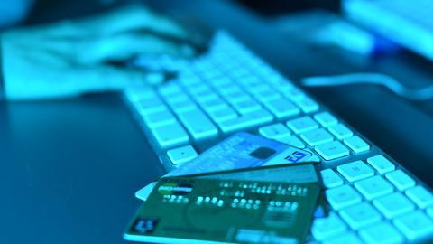 Mit einem Fake-Shop sollen drei Männer im Internet Geld kassiert haben, oft ohne Ware zu liefern.