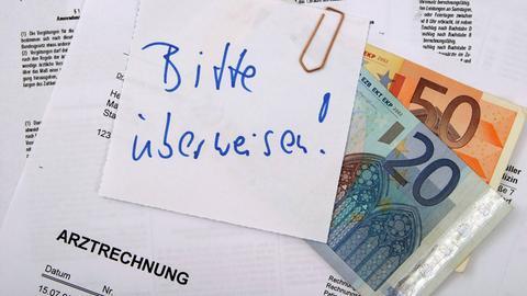 Geldscheine an Arztrechnung