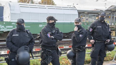 Einsatzkräfte der Polizei bewachen den Castor-Transport in Biblis.