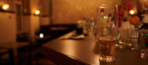 Bierglas auf Tresen