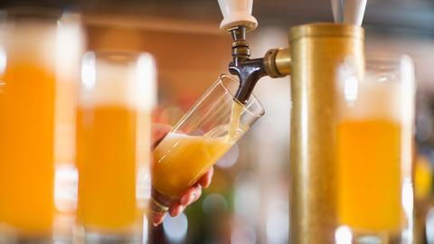 Bier kommt aus einer Zapfanlage.