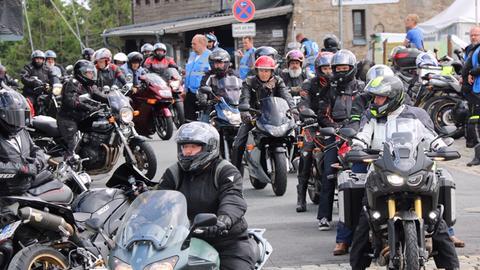 Motorradfahrer protestieren auf dem Feldberg