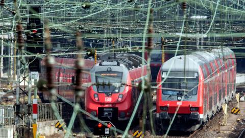 Zwei Züge auf Gleisen, im Vordergrund viele Kabel.