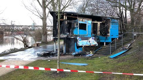 """Die Brandruine des """"Blauen Hauses"""" am Mainufer in Frankfurt."""