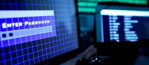 Hacker an Computertastatur