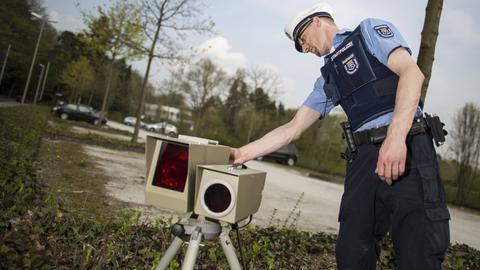 Polizist an Blitzgerät