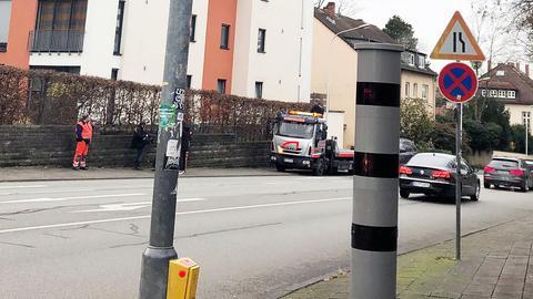 In der Heinrichstraße in Darmstadt werden Lkw geblitzt - auch Abschleppwagen.