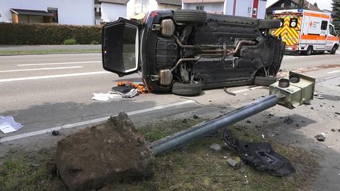 Ein 72-Jähriger fuhrt mit seinem Auto einen Blitzer um