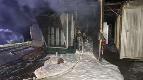 Verbrannte Anlage mit Löschschaum