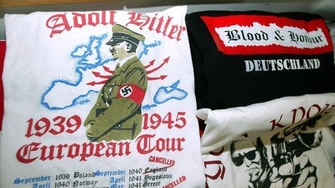 """Artikel der verbotenen, rechtsetremistischen """"Blood & Honour""""-Gruppierung."""