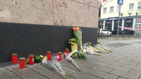 Niedergelegte Blumen in der Nähe des ersten Tatorts