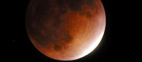 Ein roter Mond am Himmel.