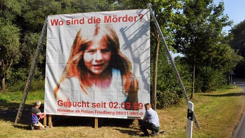 2009: Polizeibeamte bauen ein Plakat auf, mit dem zu Hinweisen im Mordfall der kleinen Johanna Bohnacker aufgerufen wird.