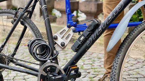 Mit einem Bolzenschneider wird ein Fahrradschloss geknackt
