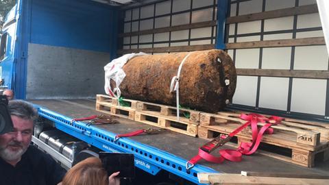 Die entschärfte Bombe vor dem Abtransport.