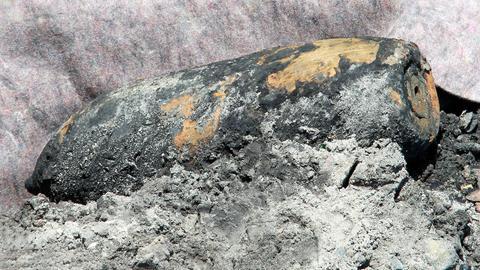Foto von einer gefundenen, alten Kriegsbombe.