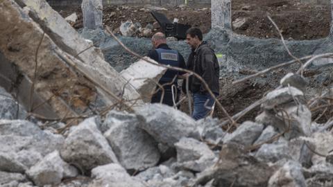 Mitarbeiter der Stadtpolizei und des Kampfmittelräumdienstes stehen am Fundort der Bombe.