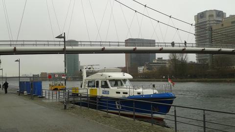 Ein Boot der Polizei liegt im Main.