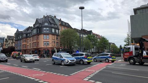 Polizeiautos sperren den Alleenring nahe der Fundstelle der Weltkriegsbombe ab