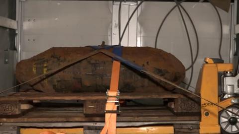 Die entschärfte Bombe auf einem Laster