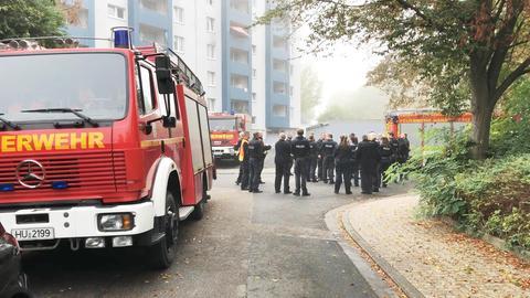 Einsatzkräfte der Feuerwehr bereiten die Evakuierung eines Wohnhauses in Hanau für die bevorstehende Bombenentschärfung vor