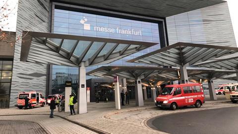 Einsatzfahrzeuge vor der Frankfurter Messe