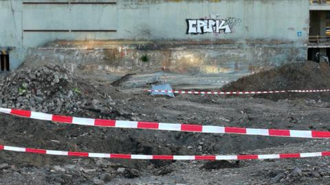 Die Weltkriegsbombe (mit einer Plane bedeckt) am Fundort in Offenbach